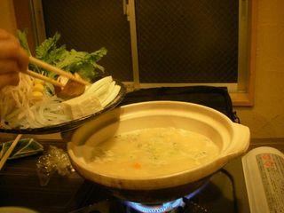 ネギ、しいたけ、豆腐、白滝などを入れる